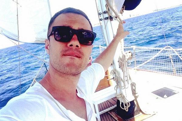 На яхте: Евгений позирует, Катя снимает