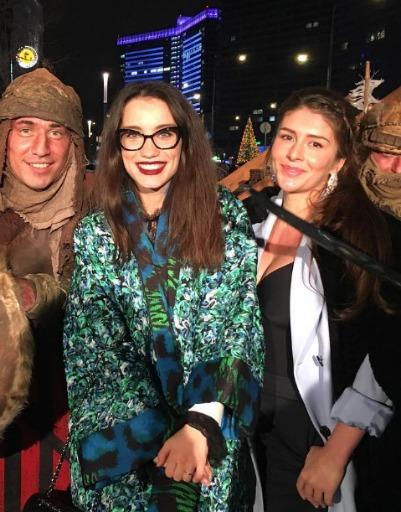 Виктория Дайнеко и Валерия Кожевникова с ребятами в древнерусской одежде