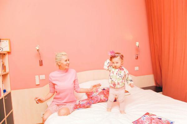 Маленькая Сашенька любит проводить время в спальне
