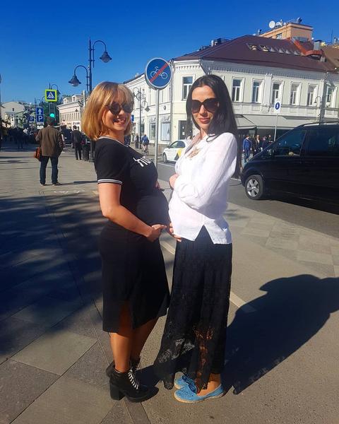 «Две беременяшки», - подписала фото Елена (справа)
