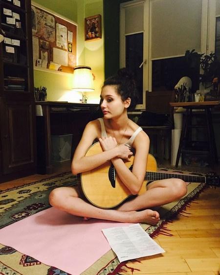 Дочь Толкалиной и Кончаловского собирается стать художником