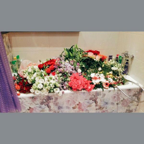 Анита Цой еще не решила, как будет хранить цветы, для которых не нашлось ваз