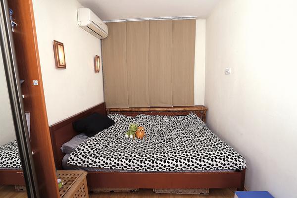 Когда Ян Гэ ночевала в этой спальне первый раз, ей было грустно. На следующий день появилась песня «Комната»