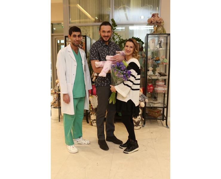 Новоиспеченные мама и папа с врачом Сергеем Игоревичем Арабаджяном