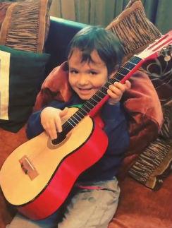 Богдан играет на гитаре