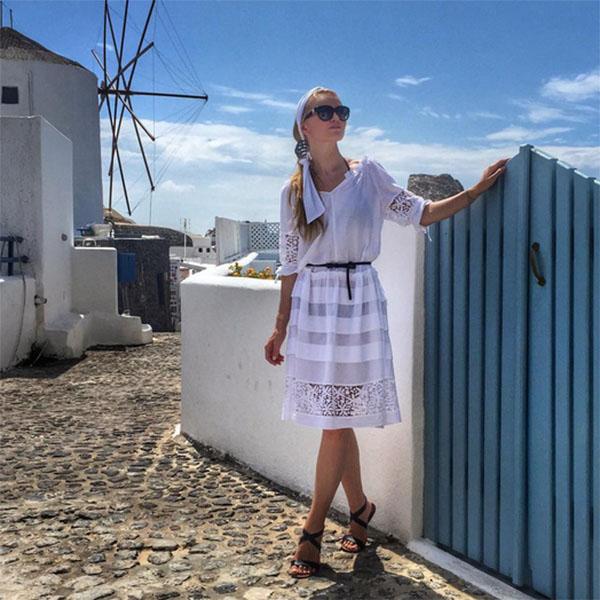 В белом платье Елена Кулецкая отлично вписывается в общую стилистику Санторини