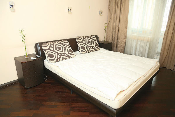 Почти всю комнату занимает огромная кровать