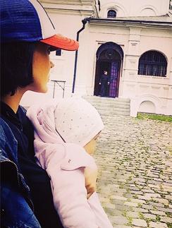 Таня Терешина с дочкой Арис выбирают храм для крещения