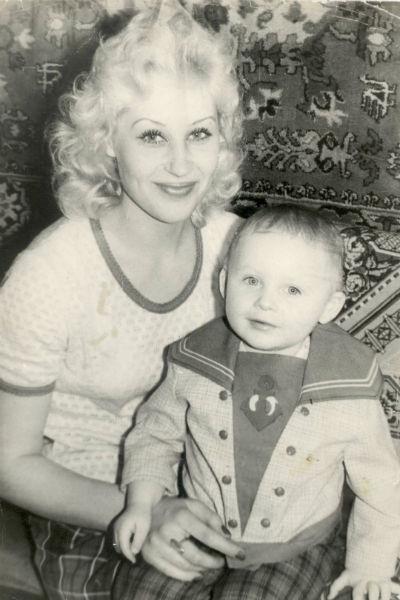 Маленький Саша с красавицей мамой