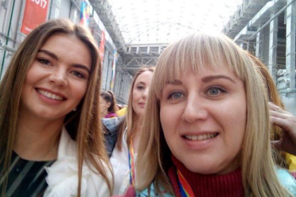 Алина Кабаева с участницей фестиваля