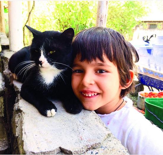 Мальчик обожает животных