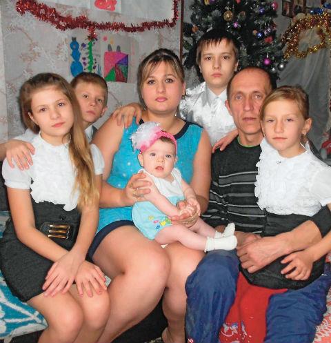 «Дети уже выросли - Влад учится в кадетском училище, приезжает домой только на каникулы. Лера, Таня и Леша – школьники». На фото – Нина с мужем, дочерьми и сыновьями