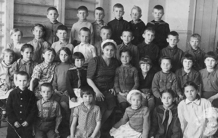 Второй класс школы № 24 с любимой учительницей (в центре), 1945 год