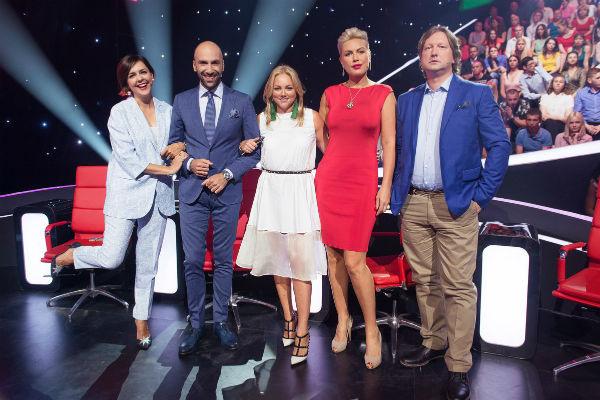 Продюсер шоу Юлия Сумачева (в центре) и звездное жюри рвутся в бой