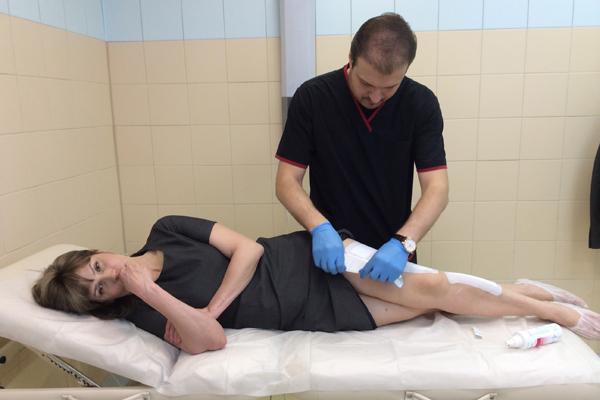 Места инъекций врач заклеивает специальным пластырем