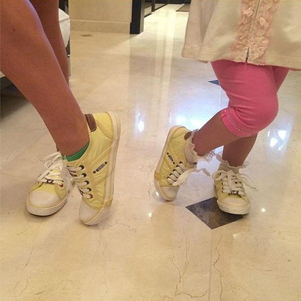 Мама Жасмин и дочка Маргаритка полюбили одинаковые кеды