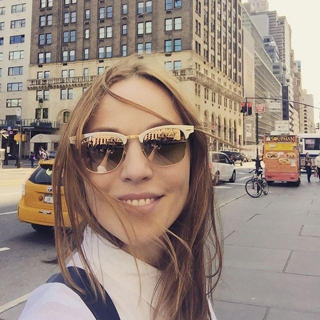 Альбина Джанабаева гуляет по Нью-Йорку