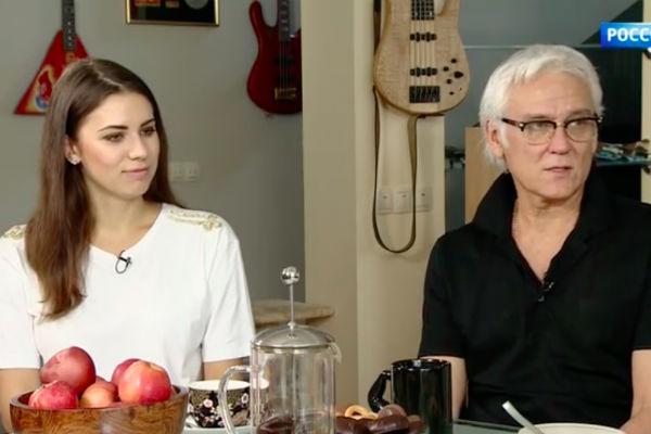 Александр Маршал со своей девушкой Кариной