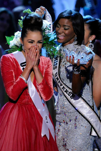 Оливия Калпо получила корону из рук Лейлы Лопес из Анголы, победившей на конкурсе в прошлом году