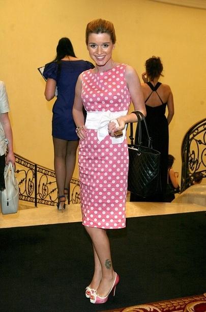 2010 год. С этим платьем в горох все окончательно понятно. У Бородиной классический подход к выбору одежды. Горох делает образ еще более юным. Большая черная сумка не очень сюда подходит, но, видимо, она была необходима.