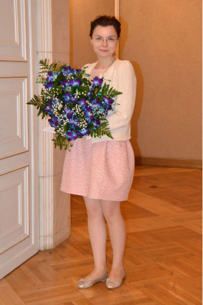 По мнению дизайнера, в этом образе девушке не хватает ярких цветов в одежде