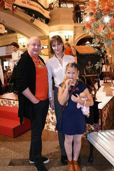 Актер с женой и дочерью