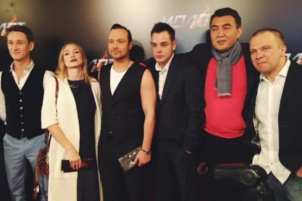 Оксана в окружении своих коллег по съемкам на премьере фильма