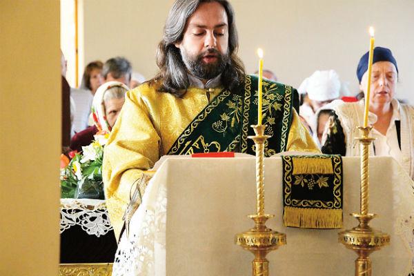 Протодиакон Александр помогает священнику при совершении богослужений