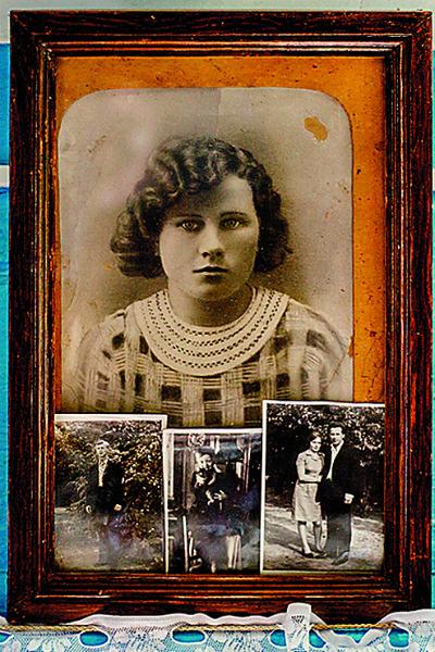Елизавета Андреевна бережно хранит семейные снимки
