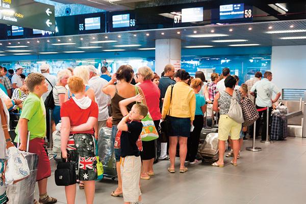 Клиенты «Трансаэро» проводят долгие часы в ожидании рейсов