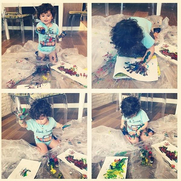 """Соломон рисует """"пальчиковыми"""" красками"""