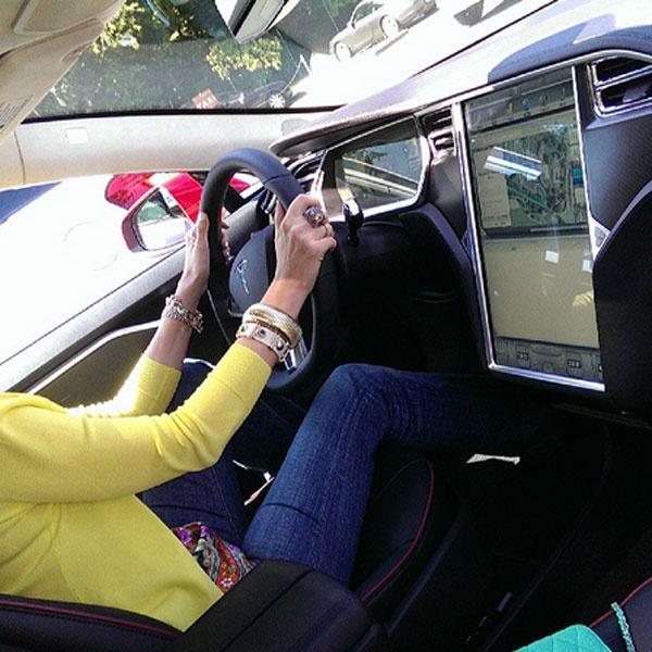 Так выглядит панель управления автомобиля Tesla