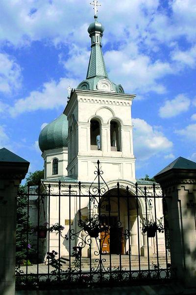 Мама Андрея Гайдуляна молится за сына в церкви святого Дмитрия