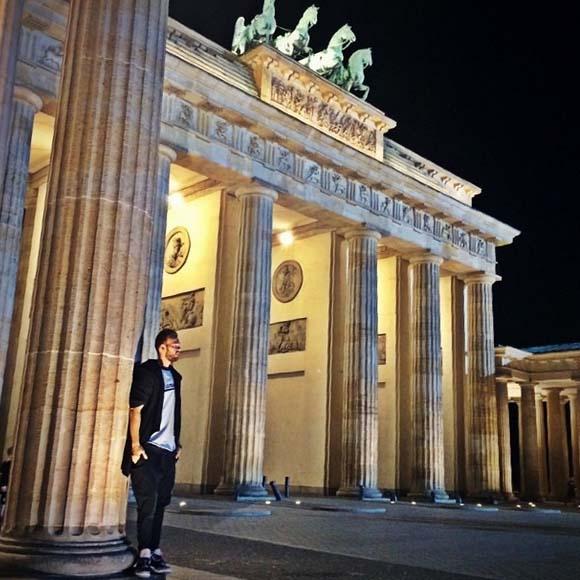 «Как же хочется разделить эту красоту с ней», - подписал Максим фото, сделанное у Браденбургских ворот.