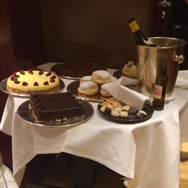 Стол со сладостями в номере Ходорковского