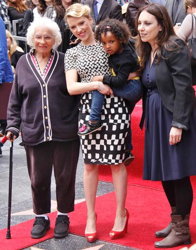 Скарлетт с бабушкой, мамой и сестрой