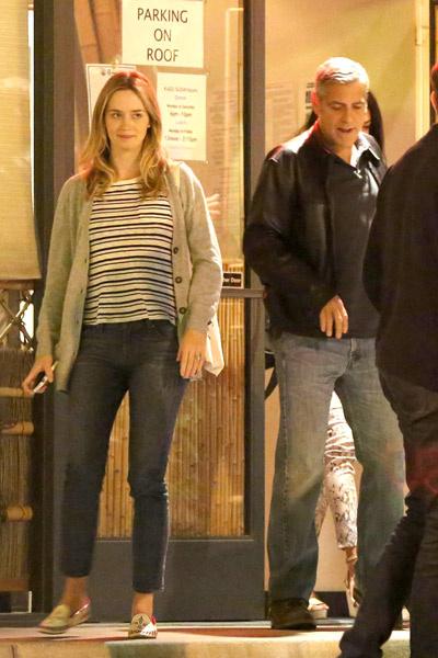 Амаль и Клуни выходит из ресторна. На левой руке Амаль кольцо.
