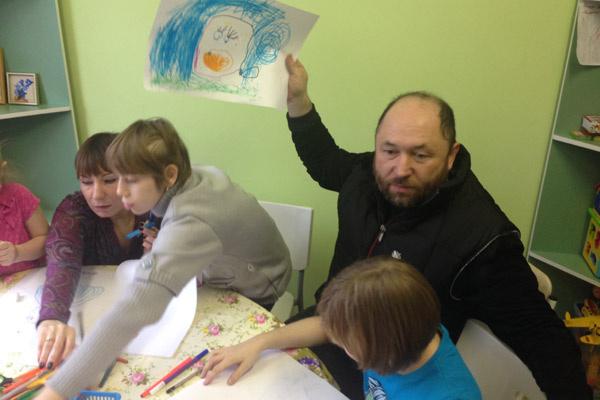 Перед показом фильма режиссер Тимур Бекмамбетов сначала помогал детям рисовать…