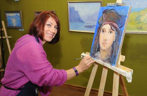 Роза Сябитова завершает портрет Андрея в образе Джека-Воробья