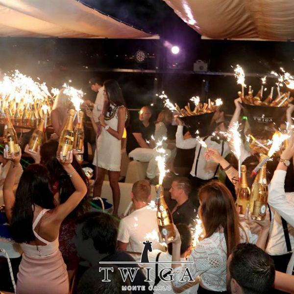 Вокруг футболистов под гимн России танцевали гости заведения, а шампанское лилось рекой