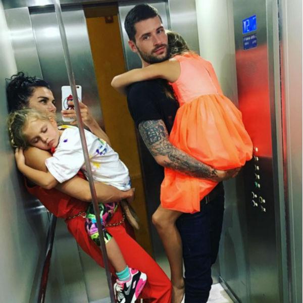 Анна Седокова с дочерьми и любимым мужчиной