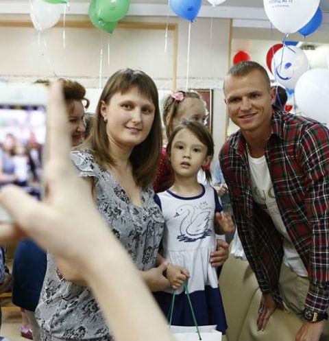 Также Тарасов активно фотографировался с поклонниками и раздавал автографы