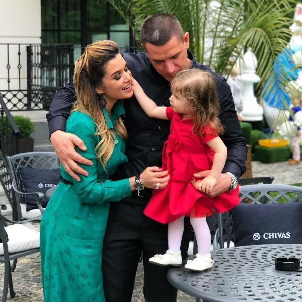 Звездная семья полтора года скрывала лицо дочери