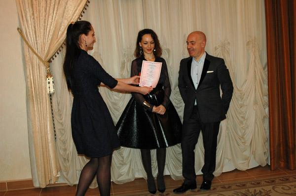 Пара расписалась   в Кутузовском загсе   в присутствии родителей  невесты и самых близких  друзей пародиста