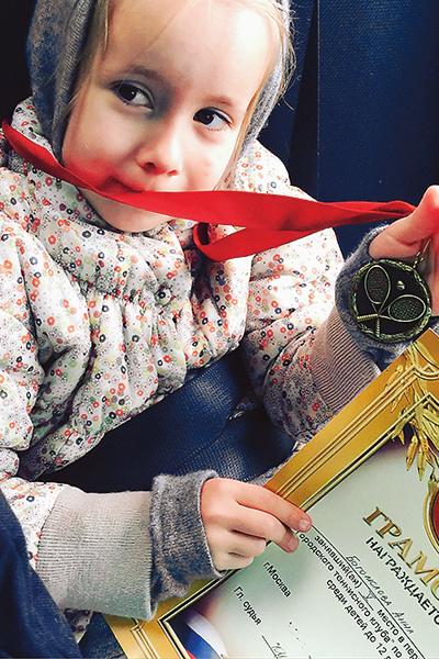 Девочка профессионально играет в теннис и уже занимает призовые места на городских соревнованиях