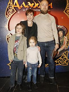 Тутта Ларсен с мужем Валерием, сыном Лукой и дочкой Марфой.