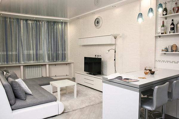 Основные цвета – белый и серый, минимум мебели и аксессуаров – благодаря этому помещение кажется больше
