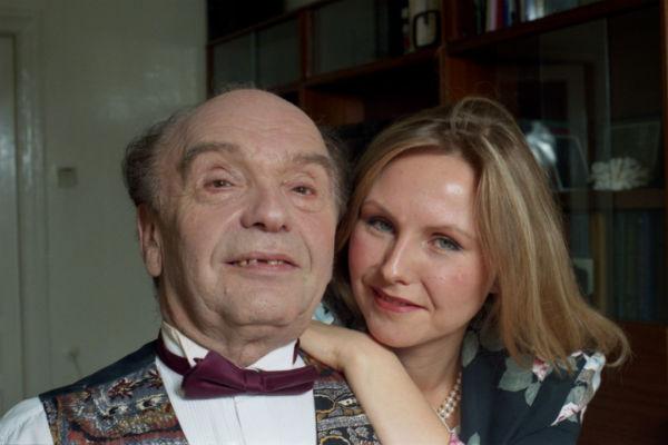 Рядом с Владимиром Яковлевичем находится его любимая супруга Светлана