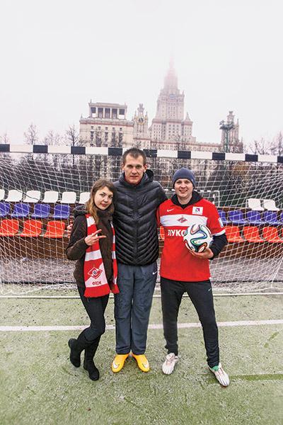 Тренировка с Артемом  Ребровым (в центре) стала  подарком читательницы  «СтарХита» Ольги  Куликовой мужу Андрею к  3 месяцам со дня свадьбы