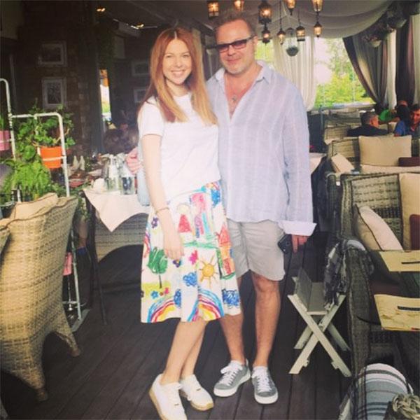 В юбке с этим принтом Наталья Подольская выглядит очень трогательно и мило